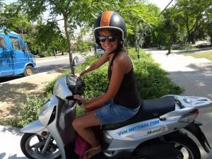 Jade sur son scoot, quelle classe ... !